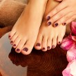 vrouwelijke voeten op spa salon over pedicure procedure — Stockfoto #19412813