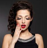 Junge hübsche frau mit roten maniküre und lippen — Stockfoto