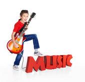 мальчик играет на электрогитаре с 3d текстом — Стоковое фото
