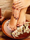 Vrouwelijke voeten op spa salon over pedicure procedure — Stockfoto