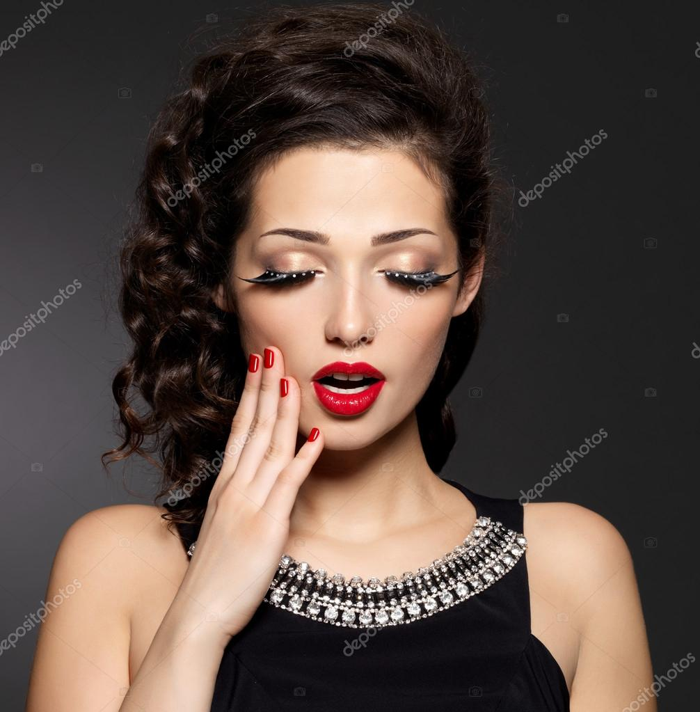 Девушки с яркими красными губами фото
