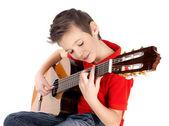Rapaz branco está a tocar no violão — Foto Stock
