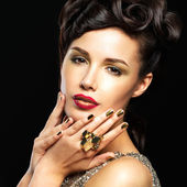 Beautiful woman with golden nails and fashion makeup — Stock Photo