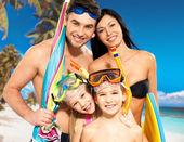 Heureux du plaisir famille avec deux enfants à la plage tropicale — Photo