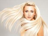 Blond kvinna med långa raka hår — Stockfoto
