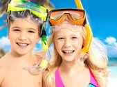 Retrato das crianças felizes desfrutando na praia — Foto Stock