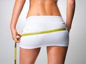 Desportiva mulher com corpo esguio, quadris de medição — Foto Stock