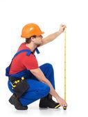 测量在墙上的建筑工人 — 图库照片