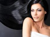 Vacker kvinna med långa raka hår — Stockfoto