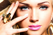 Beautiful face of young woman with fashion makeup — Stock fotografie