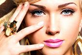Lindo rosto de mulher jovem com maquiagem moda — Foto Stock