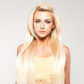 блондинка женщина с длинными прямыми волосами — Стоковое фото