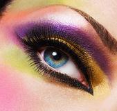 Bello rostro de una mujer con el maquillaje de moda — Foto de Stock