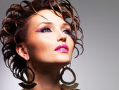 Closeup rosto da bela mulher com maquiagem de glamour moda — Foto Stock