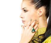 Woman with golden nails and precious stone emerald — Foto de Stock
