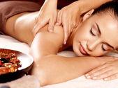 Kobieta o masaż w salonie spa — Zdjęcie stockowe