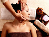 Vrouw met massage in de spa salon — Stockfoto