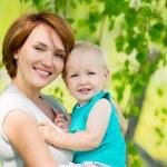 feliz madre e hijo en el campo — Foto de Stock