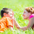 Happy mother and son in park — Stockfoto
