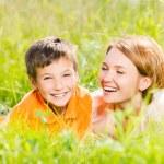 feliz madre e hijo en el parque — Foto de Stock