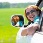 mujer feliz en blanca auto nuevo en la naturaleza — Foto de Stock