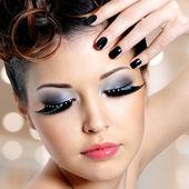 女人与时尚眼部化妆的脸 — 图库照片