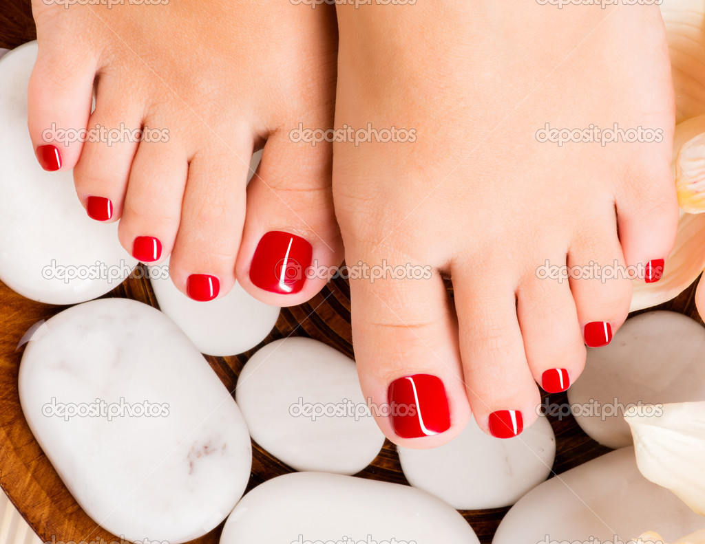 Bellissimi piedi femminili con pedicure rosso foto stock for Piani di studio 300 piedi quadrati