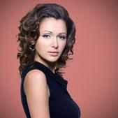 巻き毛を持つ美しい大人の女性の顔 — ストック写真
