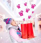 überrascht frau mit geschenken nach dem einkaufen ins neue jahr — Stockfoto