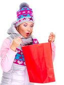 удивлен женщина смотрит на подарки в мешках после покупки — Стоковое фото