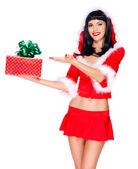 Sneeuw meisje houdt gift van kerstmis-nieuwjaar en punten op het — Stockfoto
