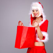 Donzela de neve linda mantém a caixa de presente de ano novo de natal — Foto Stock