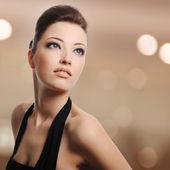 Beautiful young woman lookin away — Stock Photo
