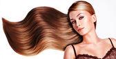 Bella mujer con largos cabellos castaños. — Foto de Stock