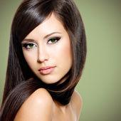 Hermosa mujer blanca y largos cabellos castaños — Foto de Stock
