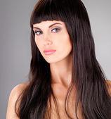Vuxen kvinna med långt hår — Stockfoto