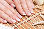 Kvinna i en nagelsalong som tar emot manikyr — Stockfoto