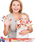 Heureuse jeune mère et son enfant avec les mains peintes. — Photo
