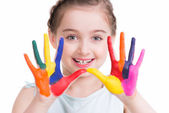 Sourire de petite fille mignonne avec mains peintes. — Photo