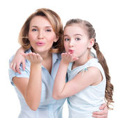 Portrait of mother and daughter send kisses — Stock Photo