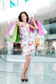 женщина с сумок в магазине — Стоковое фото