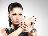 Bela moda sexy mulher com unhas pretas no rosto bonito — Fotografia Stock