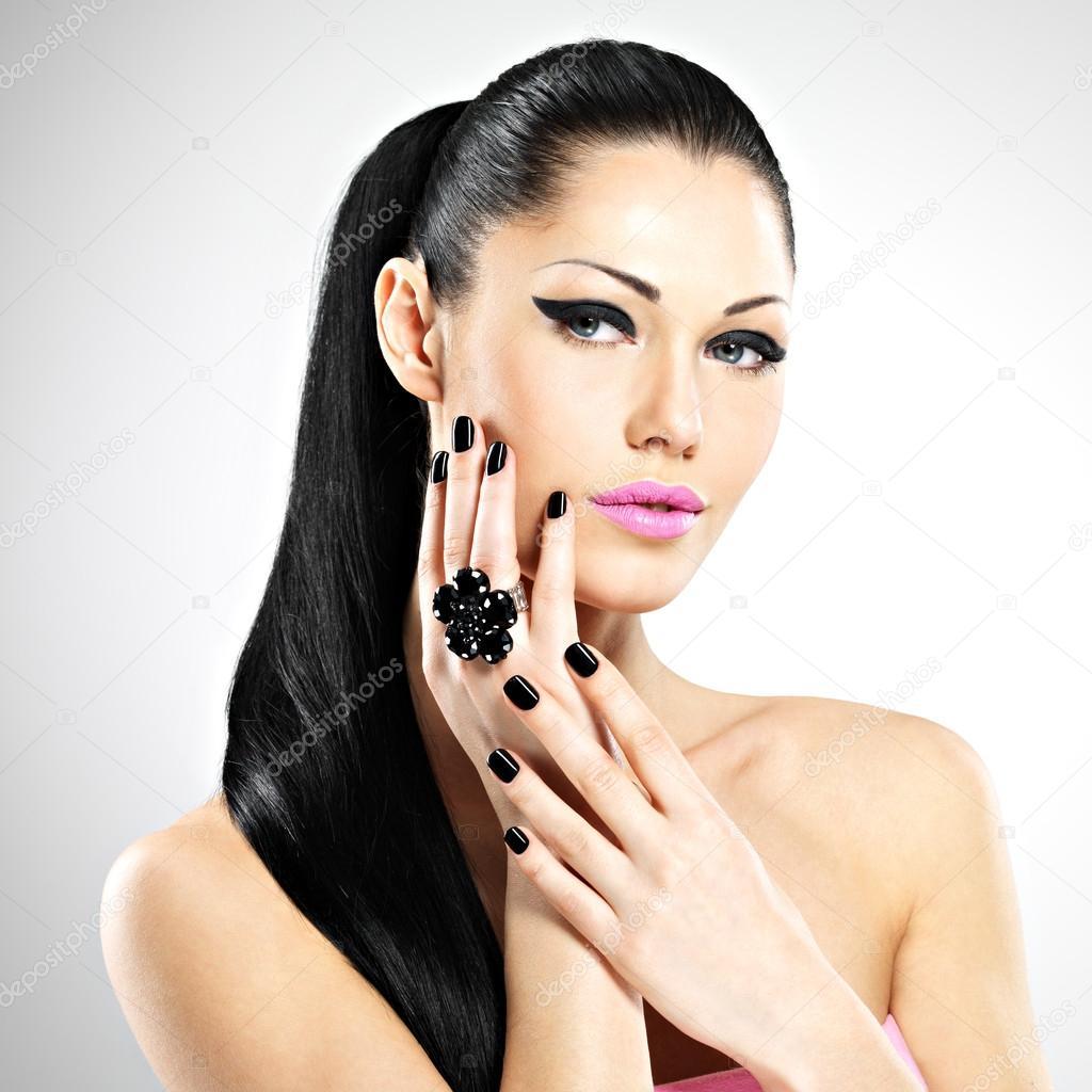 Секс девушки с чёрными ногтями 5 фотография