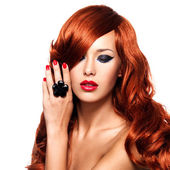 Linda mulher sensual com os cabelos vermelhos longo. — Fotografia Stock