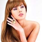 Όμορφη ινδική γυναίκα με μεγάλη ευθεία καστανά μαλλιά — Φωτογραφία Αρχείου #42859459