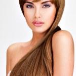 Όμορφη ινδική γυναίκα με μεγάλη ευθεία καστανά μαλλιά — Φωτογραφία Αρχείου #42859663
