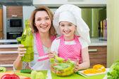 행복 한 엄마와 딸 샐러드 요리. — Stockfoto