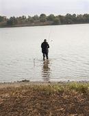 Las manos de los pescadores levantar una red con peces — Foto de Stock