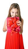 Küçük kız açık kırmızı hediye kutusu — Stok fotoğraf