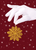 Closeup picture of woman's hands holding a snowflake — 图库照片
